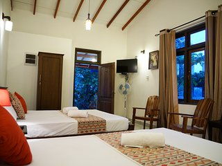 LUXURY TRIPLE ROOM - Moon Hills Hotel