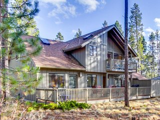 Renovated lodge w/ private hot tub & SHARC passes plus shared pool - dogs OK!