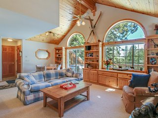 Lovely mountain home w/ jetted tub, shared hot tub, pool, sauna, and tennis!, Truckee