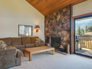 Three-level mountainview home w/ shared hot tub, close to skiing & golf