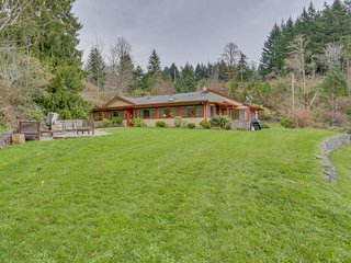 A private hot tub, stone patio & firepit with stunning Columbia Gorge views!