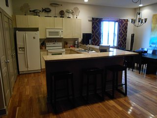 MARVELOUS 3 BEDROOM, CONDO,WOOD FLOOR,SHORT WALK TO BARS AND RESTAURANTS,POOL!!
