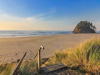 Luxury Oceanfront Home w/ Panoramic Views of Pacific in Neskowin