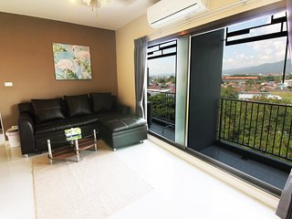 Top floor Two-Bedroom v/ Mountain View (Pool/Gym)