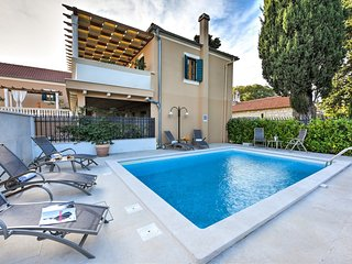 Beautiful Villa Danica, Swimming Pool, BBQ, just 100 Meters from the Sea!