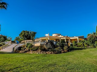 ❤ of Algarve | Surrounded by 9000m2 Garden, Lagoa