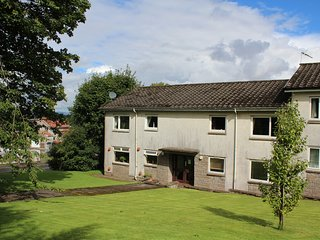 Mearns Kirk Apartment (sleeps 2) Free Car Parking, Newton Mearns