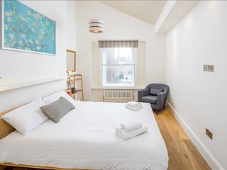 Beautiful 2BR Garden Apartment In Kensington, Londen