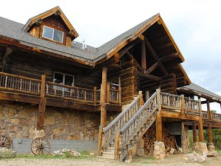 Majestic 7+ Bedroom Mountain Lodge at the foot of the Mountains, Monticello