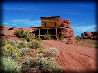 Magnificent Built-in-the-Rock cabin next to the Colorado River!, Parque Nacional Arches