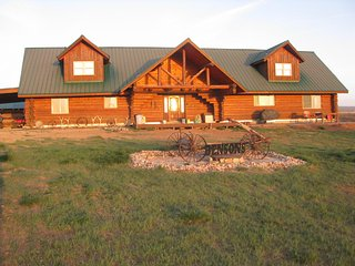 4+ Bedrooms, 4 Bath Cabin with Spacious Loft - Sleeps up to 15
