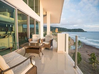 Penthouse suite, 2 levels, pool & ocean view, sleeps 10!