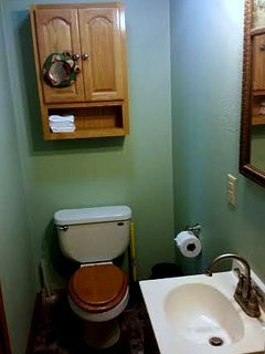 Nice cozy bathroom..also has nice shower!