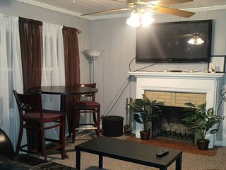 2 Bedroom 2 Bath Living Room 15 Minutes from the Airport, Atlanta