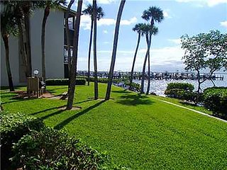 Intracoastal Waterfront condo with Ocean Private beach access, Isla Hutchinson