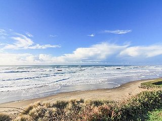 Ocean Front Hm Overlooking Miles of Sandy Beaches & the Pacific Ocean, Lincoln City