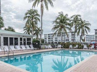 Fabulous Penthouse Condo, Stunning Views, Free Wifi, Heated Pool, Short