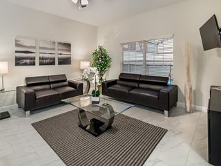 Beautiful and Modern 4 Bed 3 Bath TownHome in Storey Lake Resort. 3105PP, Kissimmee