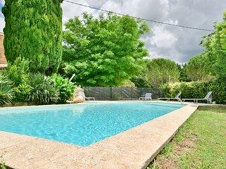 Mas ancien rénové sur terrain de 8000 m2, arboré et calme avec grande piscine