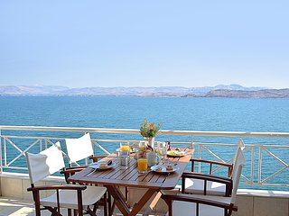 Holiday Waterfront Apartment, Amazing Sea View, close Nafplion, Kiveri village