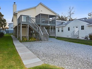Conveniently located ranch-style home in downtown Bethany. Only 2 blocks to the beach!