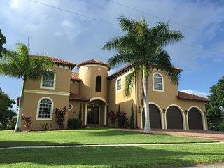 Villa Bonita-Luxury 5 Bedroom Direct Access Home, Marco Island