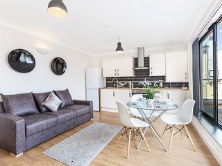 Super stylish Shoreditch, 1 bedroom apt with Balcony & Free WiFi by Club Living