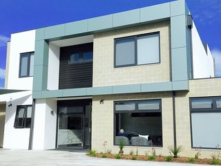 Modern home centrally located in Ocean Grove, shops & beach.  Wifi included