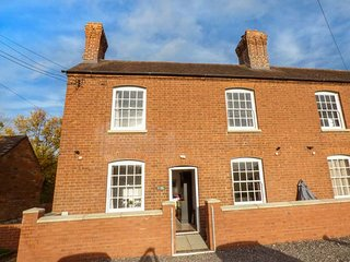 1 WILLOW COTTAGE, woodburning stoves, en-suite, garden, river views, in Upton-up