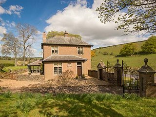 WHITCHESTER GAMEKEEPER LODGE, lawned garden, pet-friendly, sun room, Duns, Ref 946704