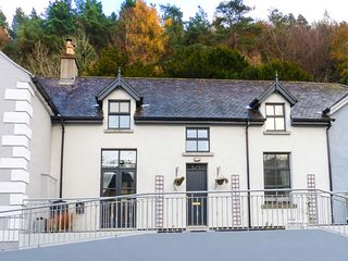 RED KITE ONE, semi-detached, en-suite, woodburner, pet-friendly, in Avoca, Ref 947208