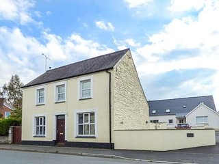 STATION HALL, detached property, enclosed garden, pets welcome, WiFi, in Cilgerran, Ref 947759