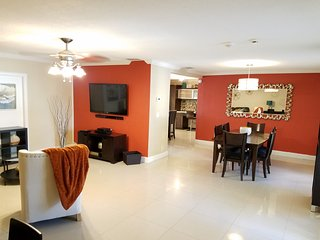 Charming 2 Bedroom Pool Cottage near Hollywood Beach & Miami Beach
