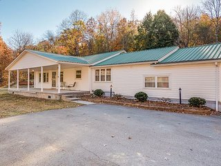 DarlingCountryDwelling, sleeps 6, fish, hike, bike, less than 10 mi. to town, Chattanooga
