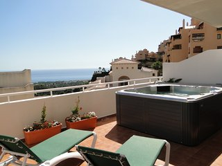 Sun, sea and Golf! Gorgeous aptmt, private jacuzzi, amazing sea views!