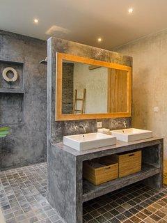 Master bedroom's en-suite semi-outdoor bathroom