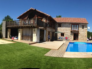 Luxury Rural Barn Conversion with private pool and 45mins from skiing area., Sédeilhac