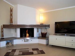 Wohnzimmer mit offenem Kamin und §D LED TV, Laptop, DVD, CD, kostenlosem Internetzugang
