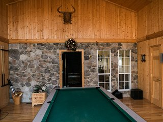 Fabulous Bryce Resort Ski Lodge with HOT TUB! Sleeps 12, Pool Table, Cable/Wifi, Basye