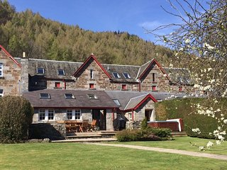 STUNNING 5* Granary Court - sleep 8 with hot tub & sauna, Kenmore