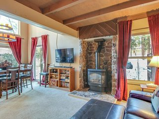 Dog-friendly condo w/ shared pool, hot tub, on-site golf & more, close to slopes, Truckee
