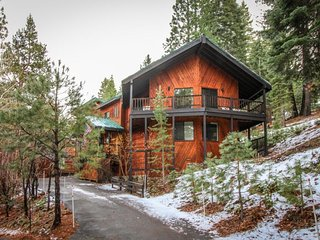 Cozy mountain retreat w/ gorgeous views, shared hot tub & pool, great location!