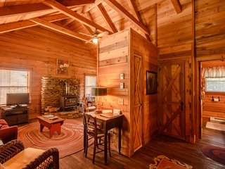 2BR, Open Floor Plan, Warm Wood Interior, Wood Stove, Stone Hearth, Close to Blowing Rock, Blue Ridge Parkway, App Ski Resort, Tweetsie