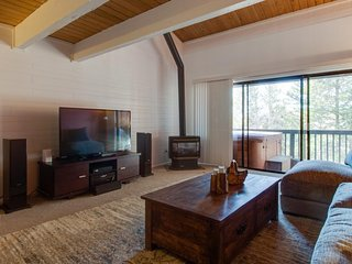 Family-friendly home w/private hot tub & shared seasonal pool - close to skiing