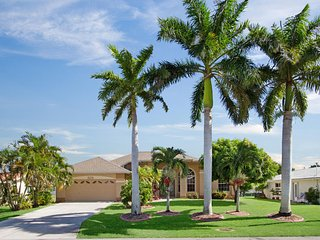 Beautiful house Bahama with a heated pool on a canal, Cape Coral