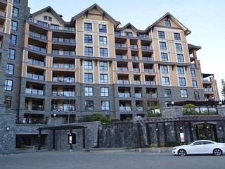 Beautiful Bear Mountain Condo with views, Victoria