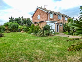 COWMANS COTTAGE, woodburning stove, pet-friendly, walks from the door, in Aldeburgh, Ref 938642