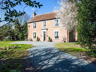 BROCKHOLME FARM, original features, open fires, roll-top baths near Hornsea, Ref 943854