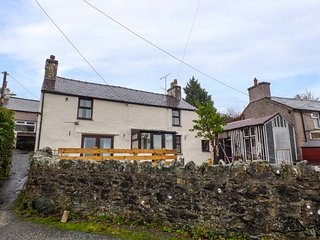 BRYN PISTYLL COTTAGE, lovingly restored cottage, on edge of Snowdonia National Park, pet welcome, WiFi, garden, in Llanllechid, Bethesda, Ref 944442