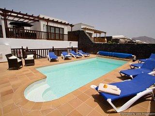 Fantastic Villa in Playa Blanca with Hot Tub, PlayPark, Air Con & Wifi LVC257974